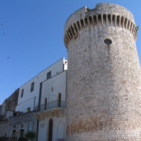 Castello di Conversano - Foto di Revolver77, licenza CC-BY-2.0, da Wikimedia Commons