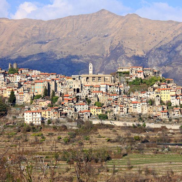 Triora - Foto di Alessandro Vecchi, licenza CC-BY-SA-3.0, da Wikimedia Commons
